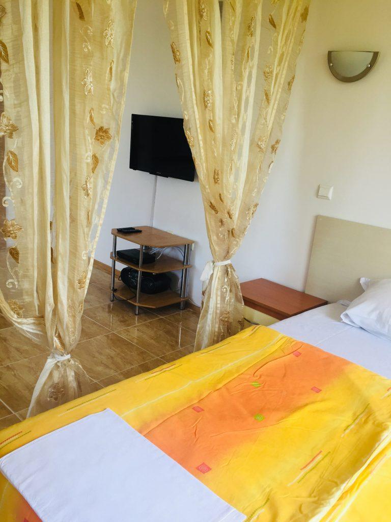 """Апартамент под наем в Созопол вила """"Sunny Hills""""2 голямо общо помещение хол и кухня и спалня"""