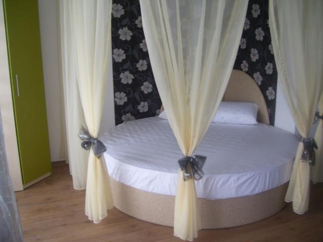 Апартамент-Студио в Созопол, кръгла спалня